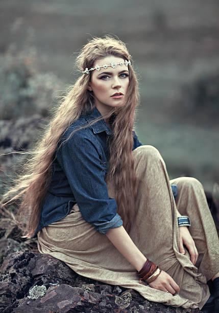 wunderschöne hippie-mädchen - hippie stirnbänder stock-fotos und bilder