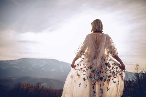 wunderschöne hippie-frau - hippie kleider stock-fotos und bilder