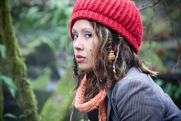wunderschöne hippie junge frau portrait im wald mit rastazopf, copyspace - rote dreads stock-fotos und bilder