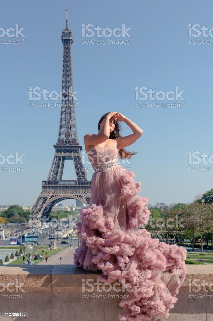 Schone Hipster Madchen Gekleidet In Einem Pastell Rosa Ballsaalkleid Mit Eiffelturm Im Hintergrund Zu Beeindrucken Stockfoto Und Mehr Bilder Von Abendkleid Istock