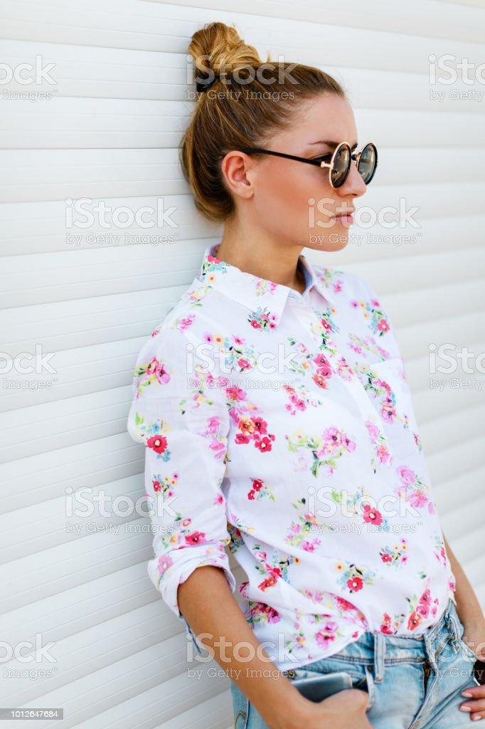 Schöne hipster Frau im Freien – Foto