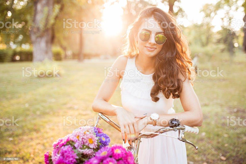 Inconformista hermosa mujer sonriente en un día soleado de primavera - foto de stock