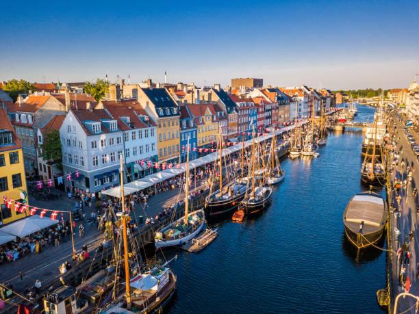 vackra historiska centrum. nyhavn nya kanalen och underhållning hamnområdet i köpenhamn. kanalen hamnar många historiska träfartyg. flygfoto från toppen. - drone copenhagen bildbanksfoton och bilder