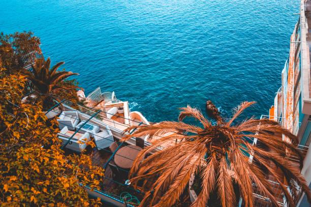 schönen urlaub balkon mit palmen und meer in der front - urlaub in tunesien stock-fotos und bilder
