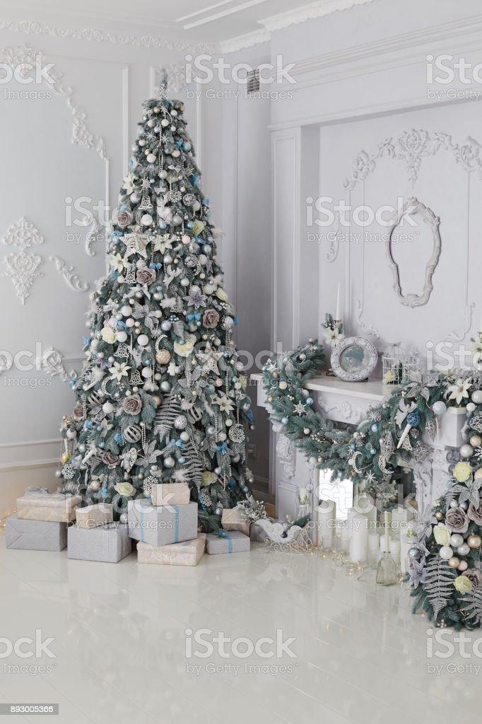 Weihnachtsbaum Silber Weiß.Schönen Urlaub Zimmer Dekoriert Mit Weihnachtsbaum Und Präsentiert