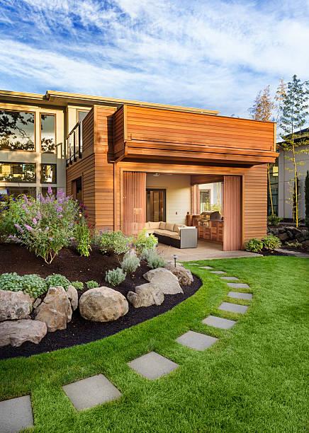 schönes zuhause außenansicht - grillstein stock-fotos und bilder