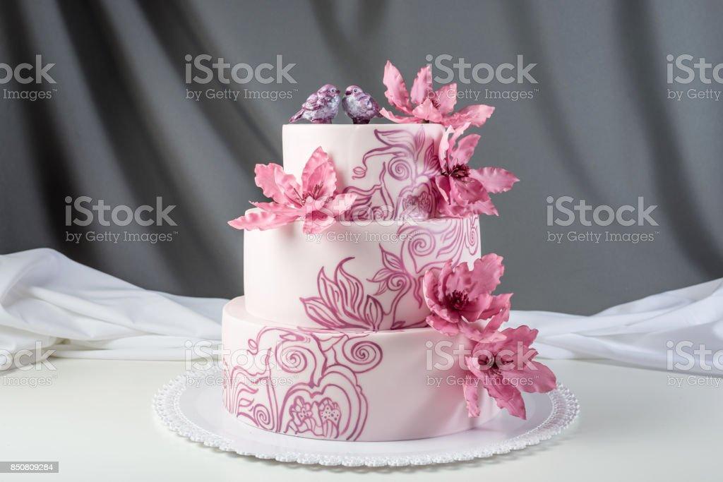 cdd5c103412 Una Hermosa Casa De Tres Niveles De Torta De Boda Decorada Con ...