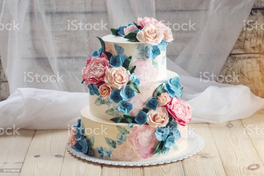 Eine Schone Heimat Dreistockige Hochzeitstorte Dekoriert Mit Rosa