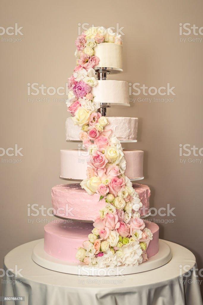 Schonen Hause Abgestufte Hochzeitstorte Dekoriert Mit Rosa Rosen