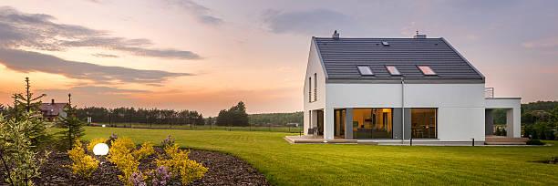 beautiful home with amazing backyard - vorgarten landschaftsbau stock-fotos und bilder
