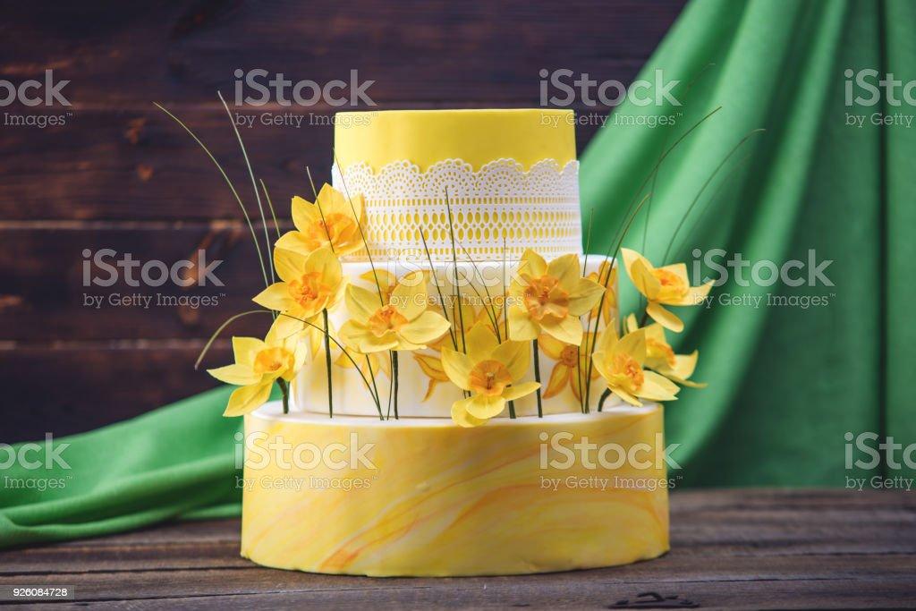 Schones Haus Gelb Dreistockige Hochzeitstorte Mit Roten
