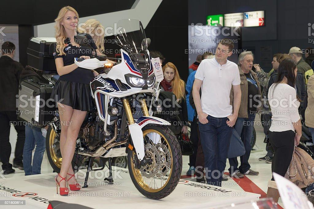 Hermosas azafatas rubias presente motos Honda CRF1000L África Twi - foto de stock