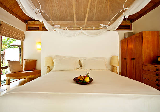 wunderschöne hotelzimmer in thailand - cottage schlafzimmer stock-fotos und bilder