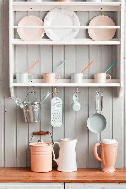 schönes haus, innenansicht der küche. - offene regale stock-fotos und bilder
