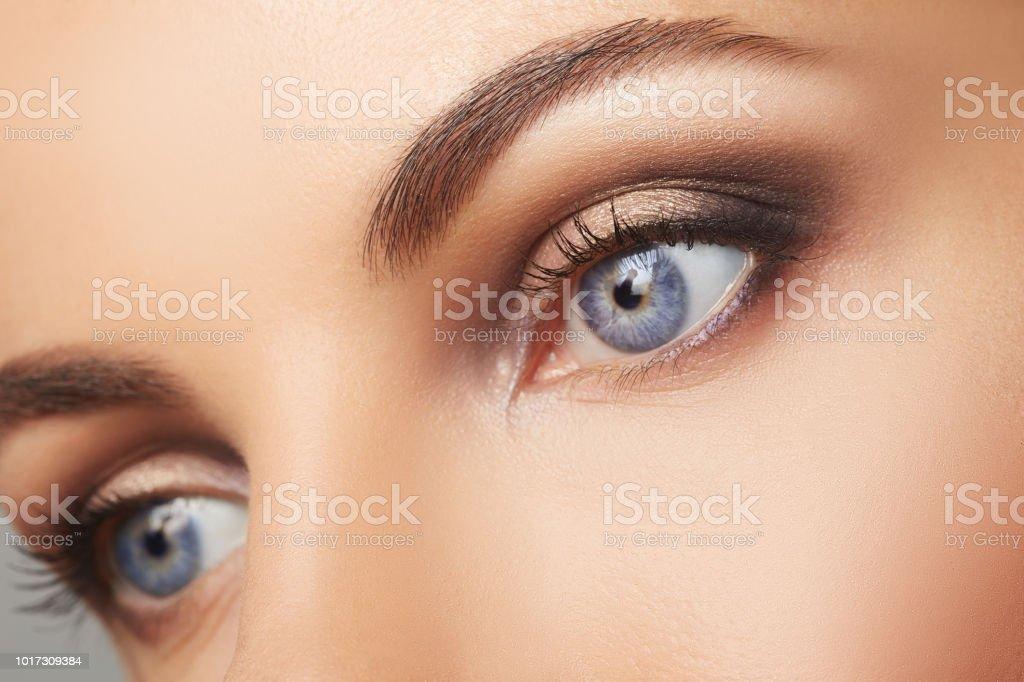 Schöne menschliche Augen Nahaufnahme. Junge Frau blaue Augen Makro schießen. Makro Nahaufnahme Auge – Foto