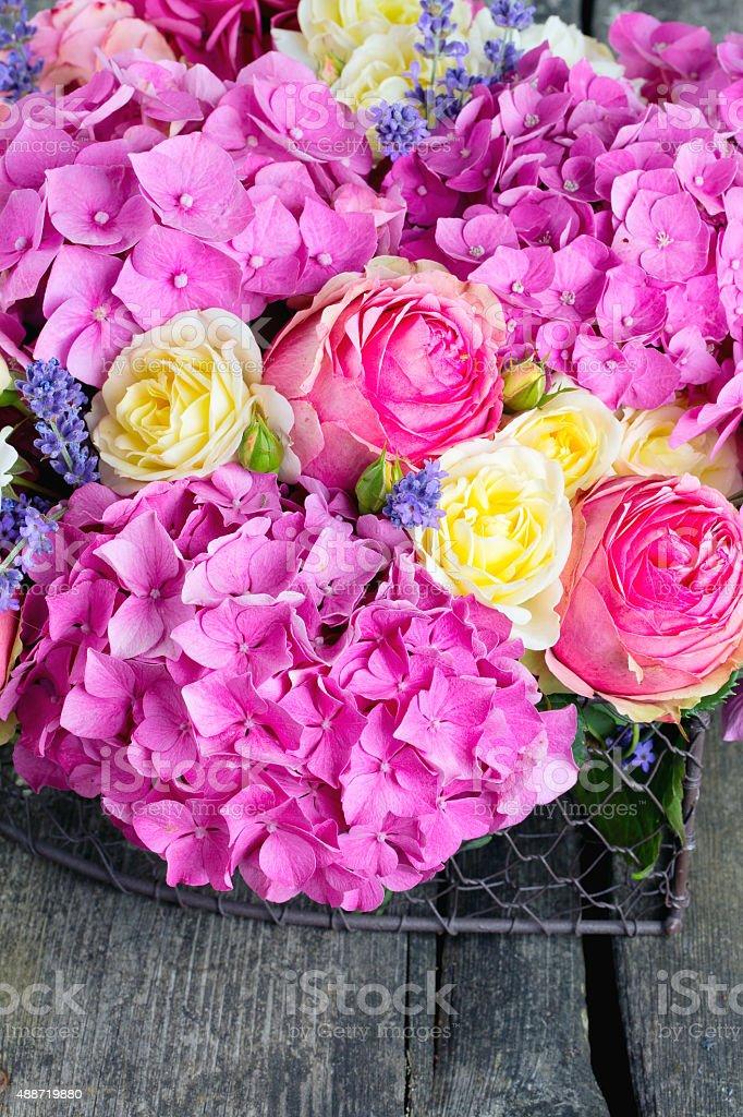 buketi-krasivih-roz-na-belom-fone-buket-kaskad-s-orhideyami