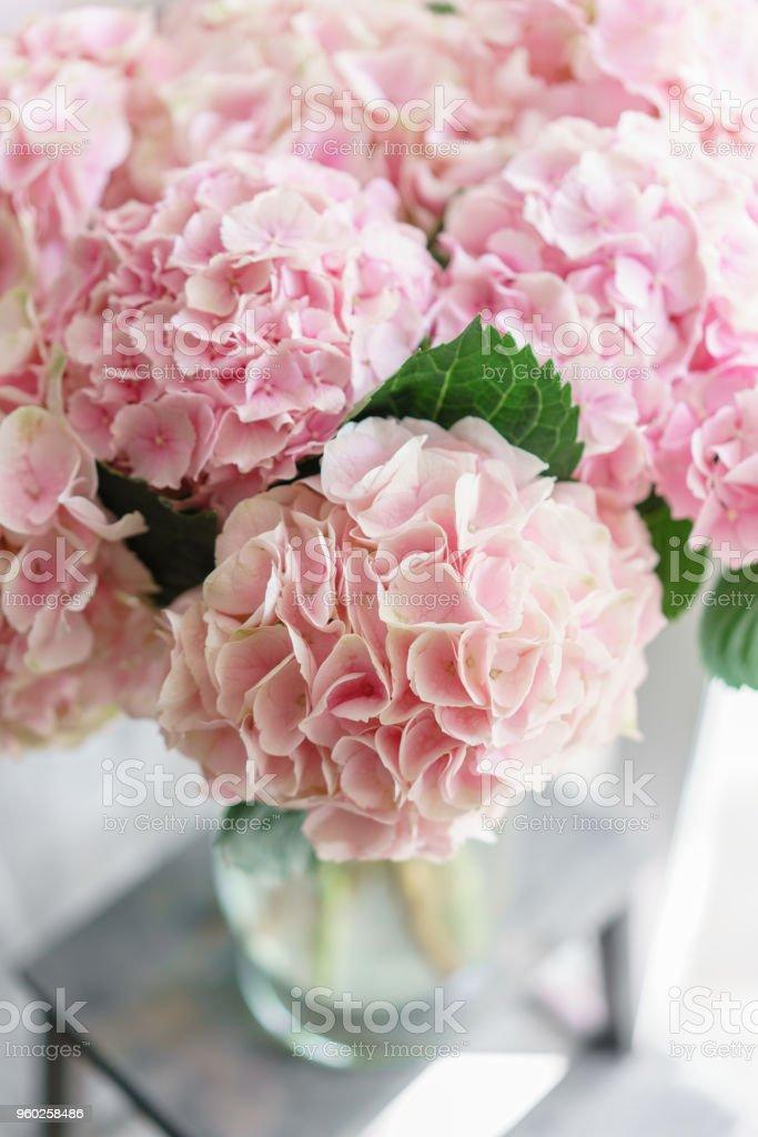 Foto De Flores De Hortênsia Lindo Em Um Vaso Sobre Uma Mesa Buquê De