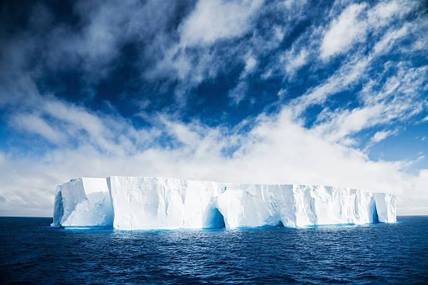 美しい氷山南極 - 南極旅行 ストックフォトと画像