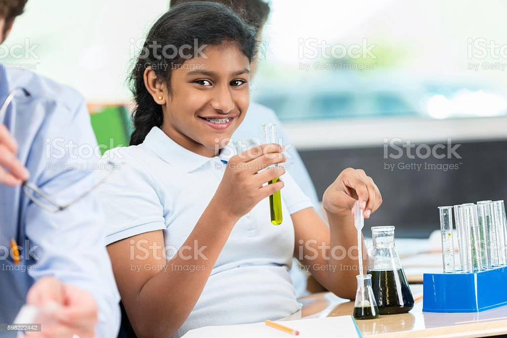Beautiful Indian girl works with a chemistry set foto royalty-free