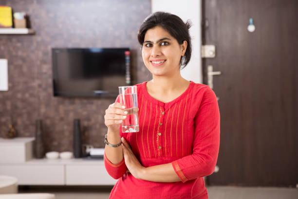 schöne indische frau porträt - stock bild - leitungswasser trinken stock-fotos und bilder