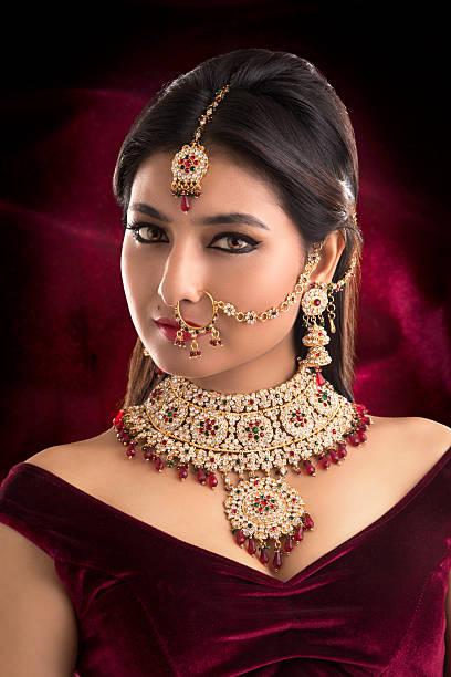 schöne indische frau porträt mit schmuck - brautstyling stock-fotos und bilder