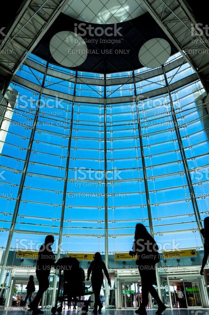 Bela foto diurna interior da janela da frente do Aeroporto de Lisboa em dia de verão brilhante agosto de 2017 - foto de acervo