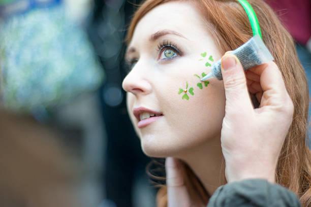 herrliche irische mädchen auf der st.. patricks tag, dublin, irland. - st. patrick's day stock-fotos und bilder