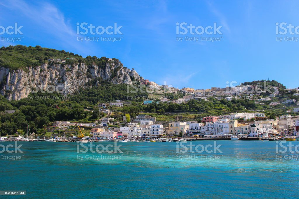 Beautiful island of Capri with clear blue waters and busy shore - foto stock