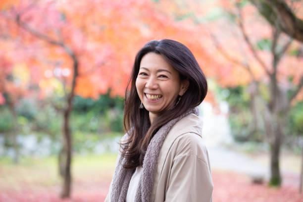 otoño disfrutando de la hermosa mujer japonesa - asian woman fotografías e imágenes de stock