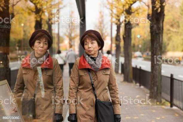 Beautiful japanese woman enjoying autumn picture id890723050?b=1&k=6&m=890723050&s=612x612&h=qgtlglvpupxcbxa9llvq7gve27oqva8gpuqmytzbj5q=