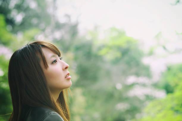 自然で美しい日本女性 - 女性 横顔 日本人 ストックフォトと画像