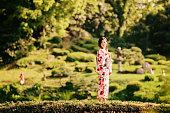 美しい日本の女性が公園