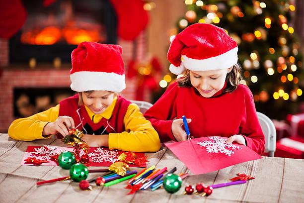schöne kinder, weihnachtskarten. - basteln mit kindern weihnachten stock-fotos und bilder
