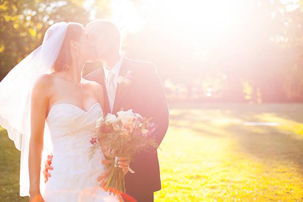 schöne braut und bräutigam küssen im freien sommer-porträt - grüne hochzeit themen stock-fotos und bilder