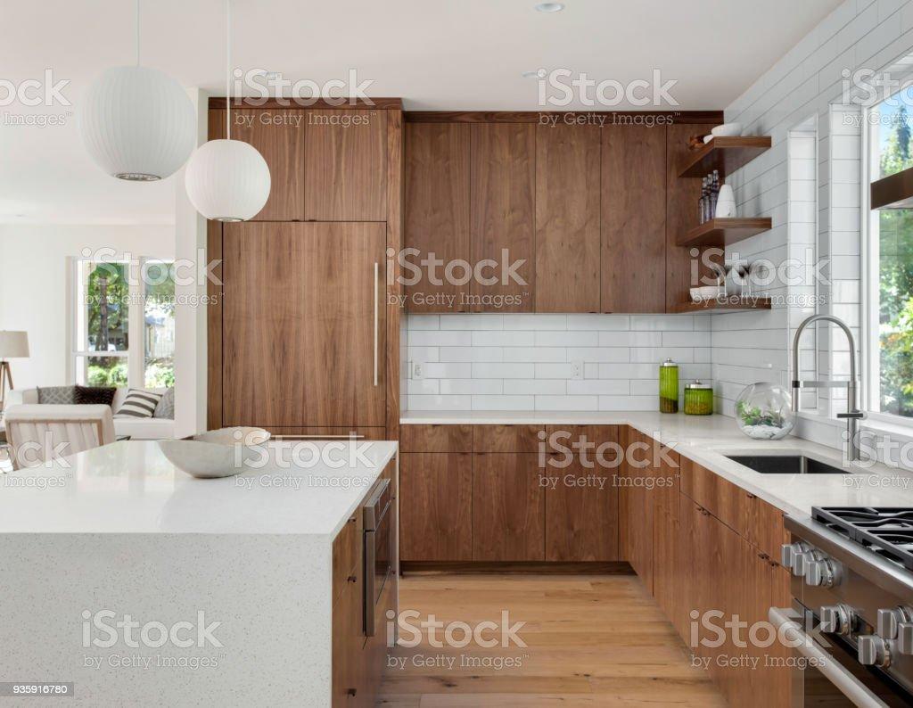 hermosos pisos de cocina Hermosa Cocina En Casa Con Isla Lmparas Colgantes Y Pisos