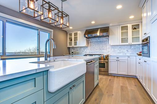 美麗的廚房與綠島和農場水槽的房間 照片檔及更多 乾淨 照片