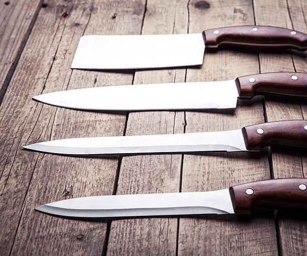 wunderschöne messer mit griff, auf dem alten tisch. küche - hackmesser stock-fotos und bilder