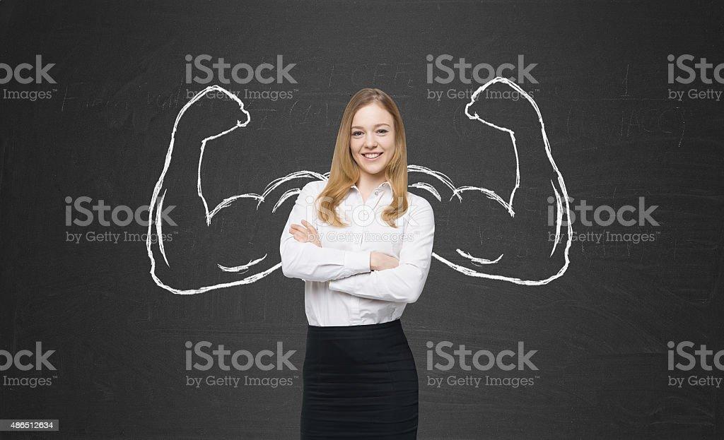 Hermosa mujer en ropa formal con sacar potente manos - foto de stock