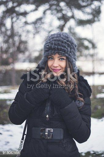 istock Beautiful lady on the snow 913082554