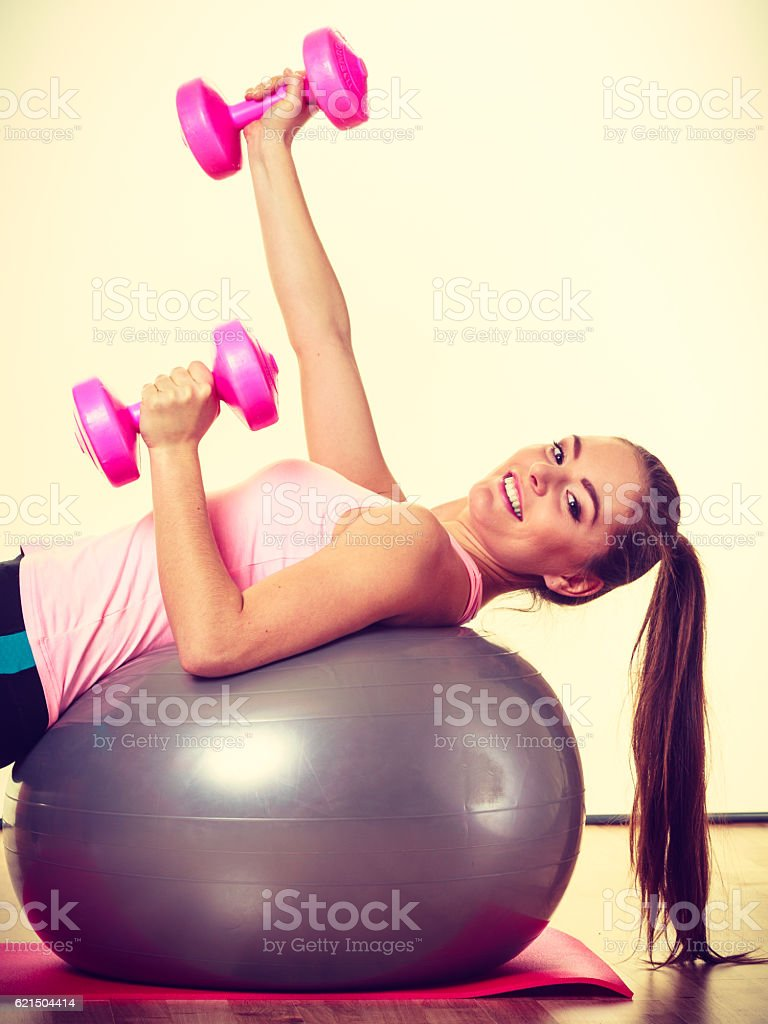 Beautiful lady with pink dumbbells. Lizenzfreies stock-foto