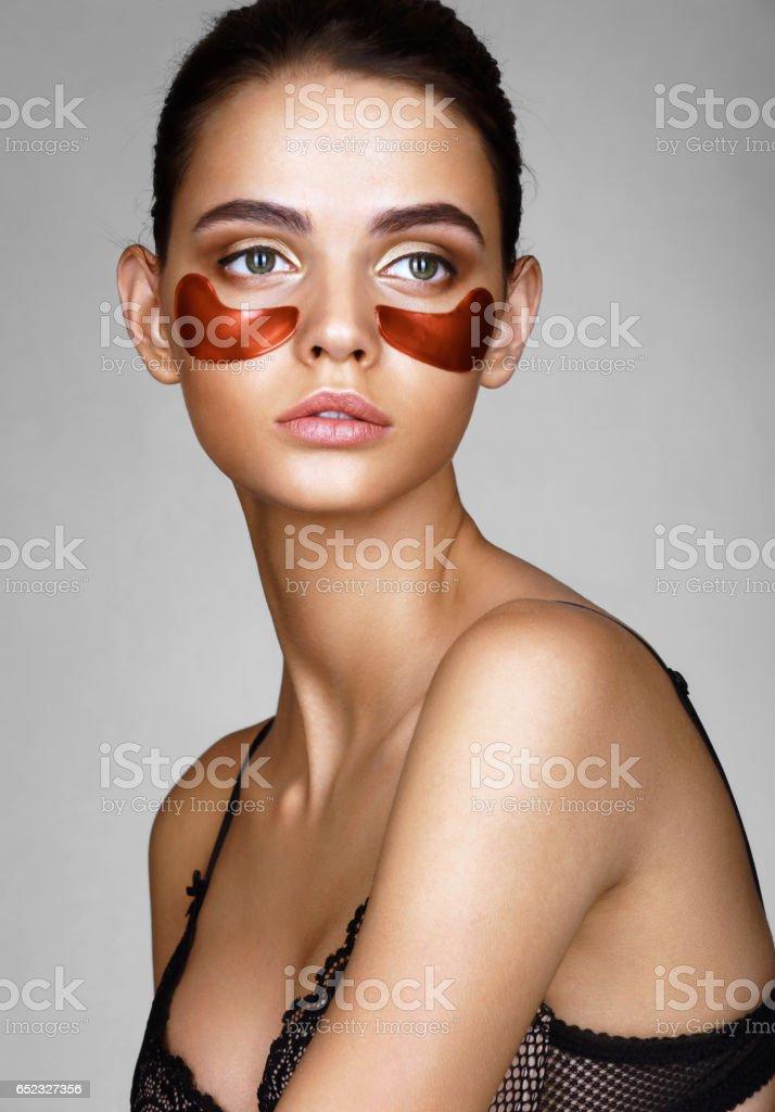 Schöne Dame mit rotem Augenklappen. – Foto