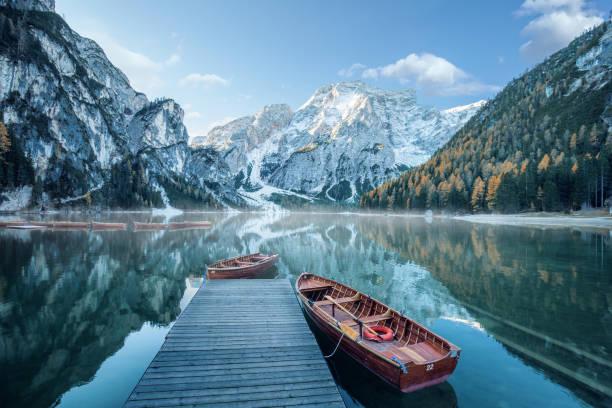 beautiful lake in the italian alps, lago di braies - dolomiti foto e immagini stock