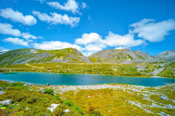 güzel göl zheduoshan dağlar - sichuan, çin - ganzi tibet özerk bölgesi stok fotoğraflar ve resimler