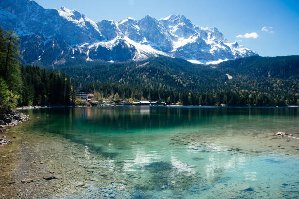 wunderschönen seeblick zum eibsee und die zugspitze, bayerische wahrzeichen - sommerferien baden württemberg stock-fotos und bilder