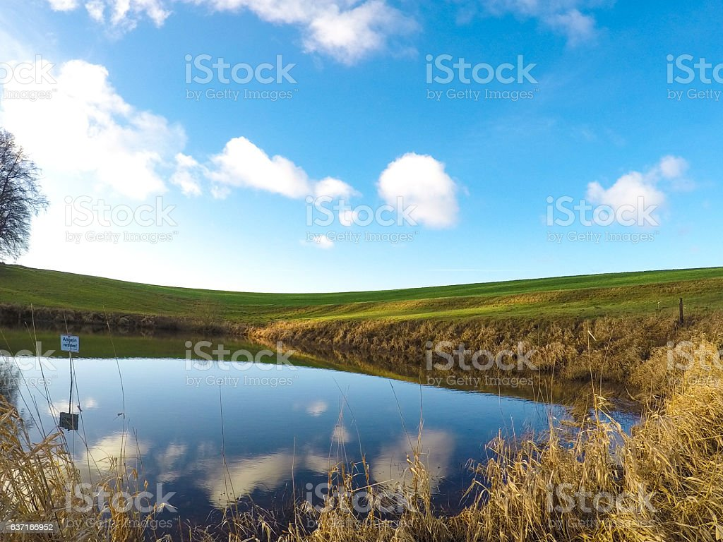 Beautiful Lake View With Blue Clouds And Reflections Foto De