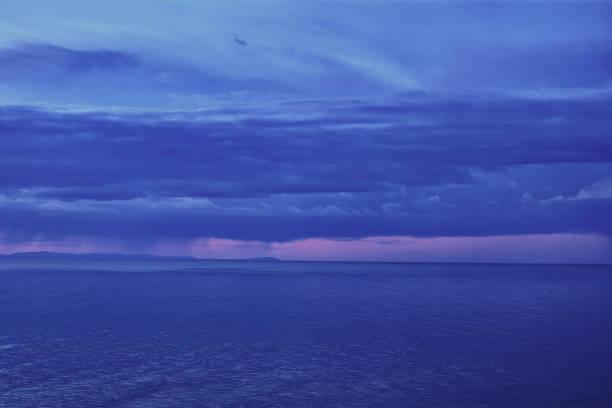 비오는 날씨에 일몰에서 아름 다운 풍경 스톡 사진
