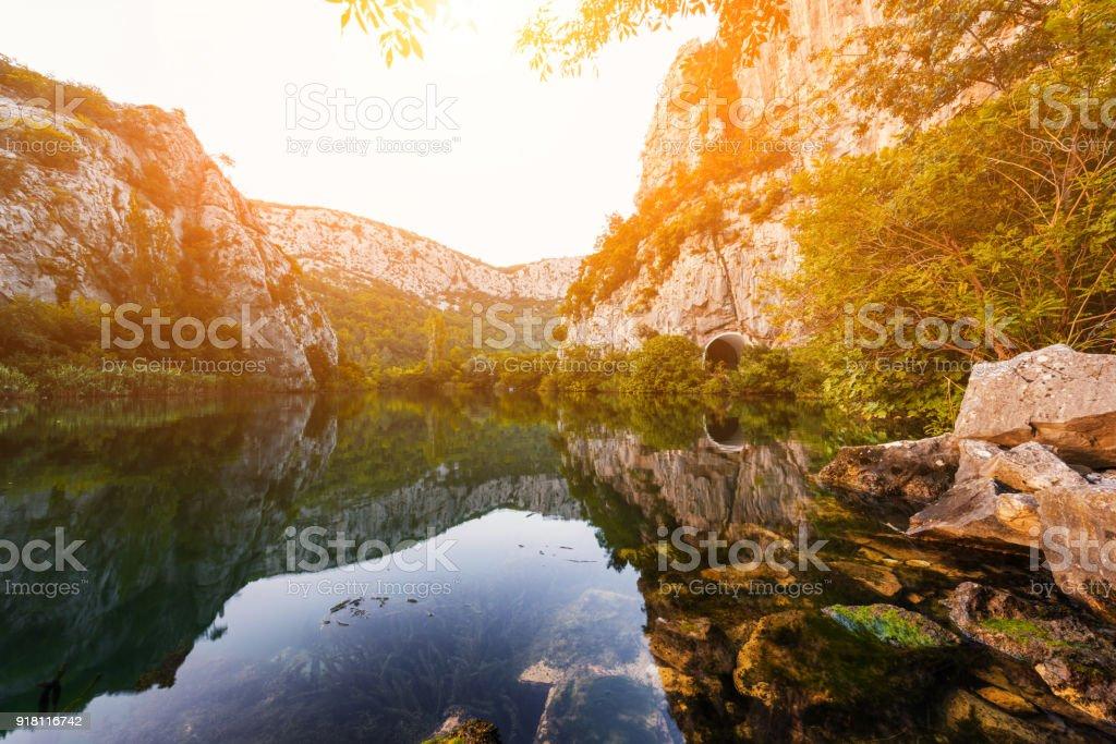Schöne Landschaft, die Schlucht des Flusses Cetina mit Spiegelung im kristallklaren Wasser bei Sonnenuntergang, Omis, Kroatien – Foto