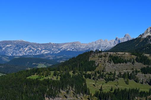 Schöne Landschaft in Südtirol mit Blick zu den Dolomiten