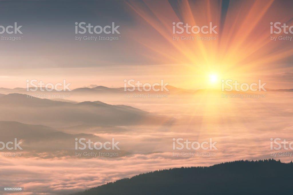 Schöne Landschaft in den Bergen bei Sonnenaufgang. – Foto