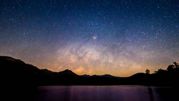 beautiful landscape mountains and lake in the night with milky way background, chiang mai , thailand - céu a noite imagens e fotografias de stock